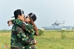 Màn cầu hôn bất ngờ khi nhảy dù từ trực thăng ở độ cao 800 m