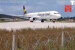 Clip: Đứng gần máy bay đang cất cánh, du khách bị thổi bay người