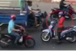 Clip: Nữ 'ninja' đi ngược chiều, vô tư dừng xe giữa đường 'buôn' điện thoại