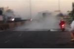 Clip: Hiện trường lật xe tải chở 30 tấn axit, khói bốc nghi ngút ở Bình Thuận