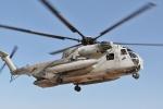 Cửa trực thăng Mỹ rơi xuống sân trường tiểu học Nhật khi đang bay làm bé trai bị thương
