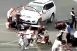 Clip: Ô tô 'điên' lao vào đám đông, dân phẫn nộ đánh hội đồng tài xế