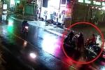 Clip: Giúp người khác buộc hàng rơi, bị xe máy tông ngã văng