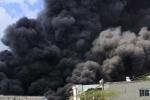 TP.HCM: Xưởng mũ bảo hiểm cháy lớn, khói đen kịt cuộn kín trời