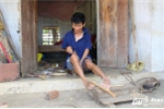 Video: Người đàn ông tật nguyền sử dụng đôi chân đan lồng chim điêu luyện