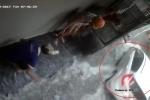 Ô tô lao ầm ầm trên đường ngập, hắt nước vào 4 người ngồi trú mưa khiến dân mạng bất bình