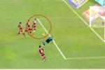 Clip: 4 cầu thủ 'thua' cay đắng trước 1 thủ môn