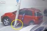 Phì cười clip nữ tài xế dùng chân để phanh ô tô như đi xe đạp
