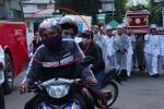 Clip: 2 tên cướp chạy xe áp sát, giật máy quay trong đám tang ở Sài Gòn