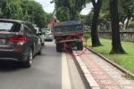 Clip: Xe tải đi nửa trên vỉa hè nửa dưới đường khiến người đi đường thất kinh