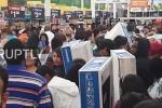 Biển người tràn vào siêu thị, mua sắm điên cuồng trong ngày Black Friday