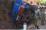 Xe tải lao vào vách núi, tài xế mắc kẹt chết trong cabin