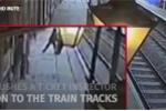 Gã say đẩy nhân viên soát vé xuống đường ray rồi cười khoái trá bỏ đi gây phẫn nộ