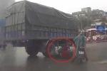 Clip: Xe tải rẽ phải cuốn xe máy vào gầm khiến dân mạng tranh cãi