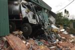 Xe bồn chở xăng dầu tông sập nhà dân, 2 người nhập viện trong đêm