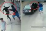 Clip: Cướp giật điện thoại, nhảy lên ô tô tẩu thoát như phim