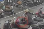 Clip: Phụ nữ nổi lòng tham trộm vali trong bãi đỗ xe ở Hà Nội