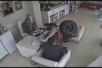 Bánh xe rớt từ ô tô đang chạy, văng trúng 2 người ngồi trong nhà