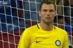Cầu thủ lập 'siêu phẩm' phản lưới nhà từ khoảng cách 41m khiến thủ môn 'ngơ ngẩn'