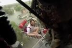 Nghẹt thở xem lính Mỹ dùng trực thăng cứu dân mắc kẹt trong bão Harvey