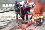 Cảm động clip lính cứu hỏa lấy thân mình làm cầu cho cụ bà bước qua