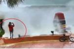 'Sống ảo' trong bão 'quái vật' Irma, thanh niên bị sóng dữ hất tung