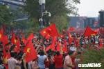 Phố đi bộ Nguyễn Huệ rực màu cờ đỏ sao vàng cổ vũ U23 Việt Nam