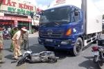 Rẽ quá đột ngột, xe tải đâm 3 người thương vong