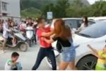 Ngày đầu tiên đi học, 2 em bé khóc cạn nước mắt vì 2 bà mẹ lao vào...đánh nhau