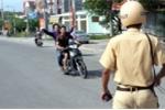 Lập biên bản vi phạm luật giao thông, hai công an bị đâm