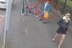 Mải nhìn theo người đẹp, vấp phải xe đạp, ngã chổng vó giữa phố