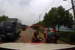 Clip: 'Quái xế' phóng bạt mạng lách xe tải, tông nứt kính ô tô ngược chiều