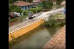 Video: Dân Bahamas lái xuồng tốc độ, lướt băng băng trên phố ngập nước