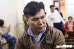 Xét xử ca sỹ Châu Việt Cường: Mẹ nạn nhân khóc nức nở mang di ảnh con đến tòa