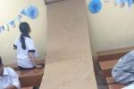 Cuộn công thức hoá học 'khổng lồ' đặt trong lớp để học sinh không quên bài