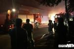 Cảnh sát trắng đêm dập lửa kho xưởng bốc cháy dữ dội giữa đêm ở TP.HCM