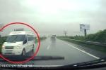 Clip: Mưa gió, ô tô chạy ngược chiều kiểu 'giết người' trên cao tốc Hà Nội - Bắc Giang