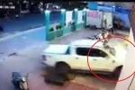 Clip: Khoảnh khắc nữ tài xế lái Ford Ranger đè nát xe máy, tông sập cửa hiệu sách