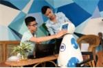 Nhóm sinh viên chế tạo robot phục vụ gia đình