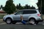 Video: Bi hài trộm xe bất thành bị kéo lê mất quần