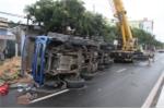 Xe tải chở dưa hấu đâm đổ cột đèn rồi lật ngửa giữa đường
