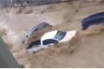 Clip: Lũ quét khủng khiếp cuốn phăng ô tô trên phố