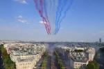 Máy bay phản lực trình diễn tuyệt đẹp mừng nhà vô địch World Cup trở về Paris