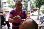Video: Thợ cắt tóc dùng dao cạo làm sạch mắt bằng phương pháp kinh dị