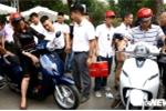 Hàng trăm người chen chúc mua xe máy điện Klara của VinFast