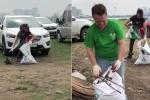 Clip 2 khách Tây cặm cụi nhặt rác ở Phủ Tây Hồ khiến nhiều người Việt xấu hổ