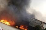 Nhà máy bánh kẹo ở Thanh Hóa bốc cháy ngùn ngụt