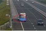 Video: Bất chấp nguy hiểm, xe dịch vụ vô tư bắt khách trên cao tốc