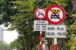 Tại sao Hà Nội không gỡ biển cấm taxi trên 11 tuyến phố?