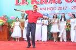 Thầy Hiệu trưởng hóa 'gà trống' múa phụ họa cho học sinh ngày khai giảng gây 'sốt'